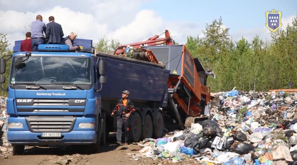 До Дрогобича приїхала спеціальна техніка, яка дробить сміття і зменшує його в об'ємі. ВІДЕО
