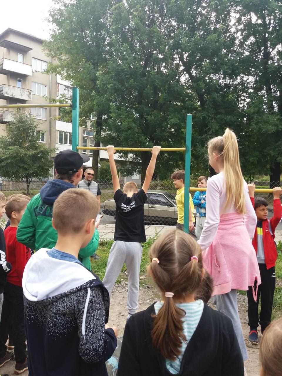 У День фізичної культури і спорту у Дрогобичі відбулися змагання з воркауту. ФОТО