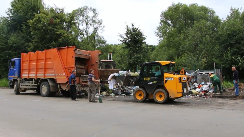 У КП «КМГ» прозвітували, що за останній тиждень з Дрогобича вивезли 691 куб. м та повідомляють перелік вулиць, з яких приберуть сміття цього тижня