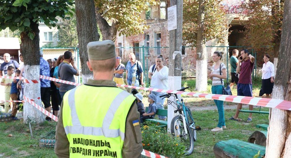 Всі входи та виходи у будинок на вул. М. Грушевського, 101/1 — заблоковано