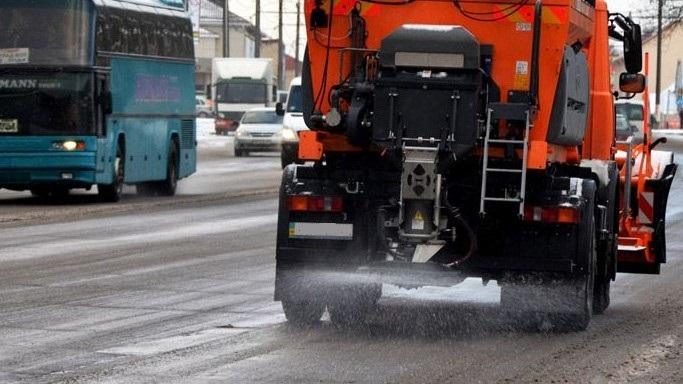Сьогодні для очищення доріг від льоду комунальники застосують більш концентровану суміш із солі та піску, — керівник КП «КМГ» Андрій Янів