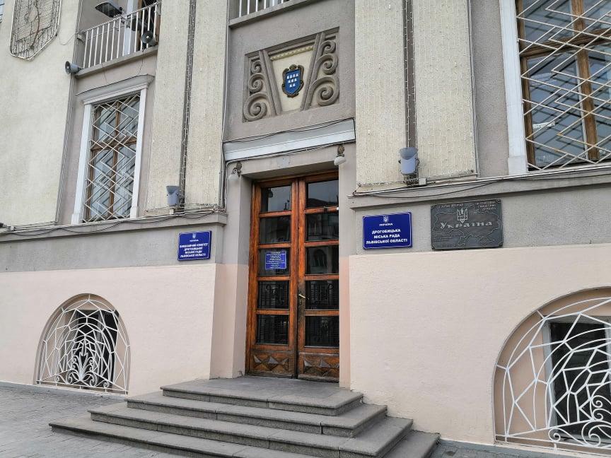 Показують приклад: Службовці Дрогобицької міськради зі зарплати зібрали більше пів мільйона гривень на купівлю експрес-тестів та апарату ШВЛ
