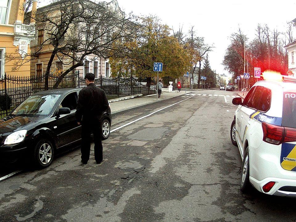 «10 штрафів за 30 хвилин»: На вул. І.Франка водіїв-порушників правил паркування штрафували