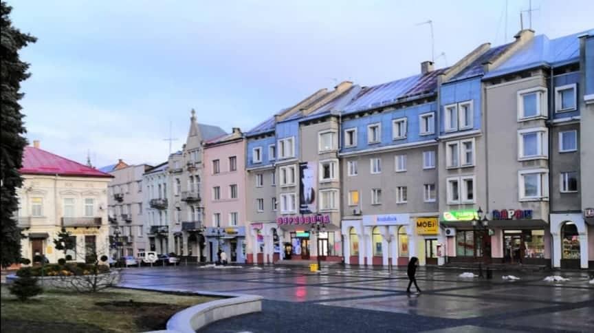 Пошкоджений вітром банер із зображенням Степана Бандера зняли на реставрацію