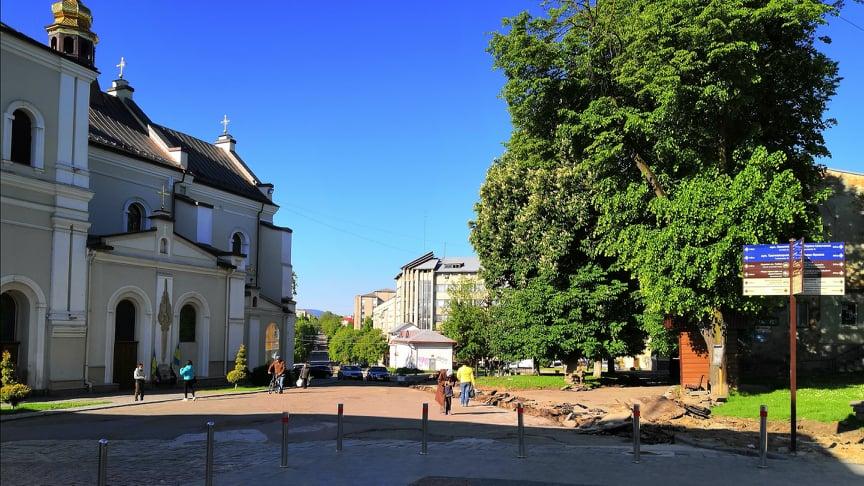 Пішохідну зону перед  Катедральним собором Пресвятої Трійці замощують новою бруківкою, - ФОТО, фото-1