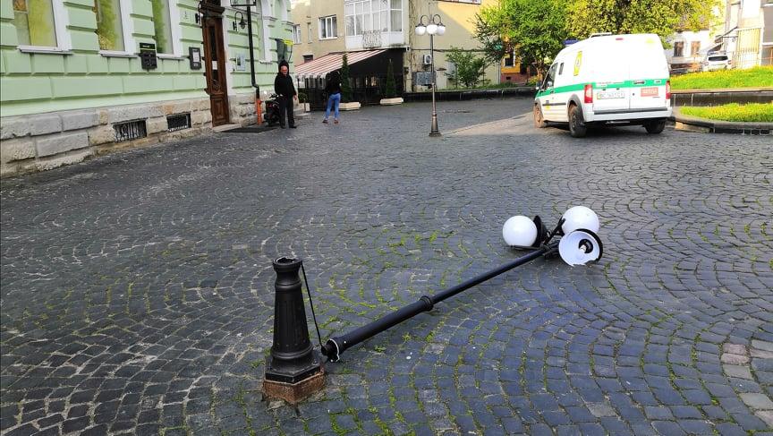 Вандали пошкодили ліхтар на площі Замкова Гора: Є відеодоказ