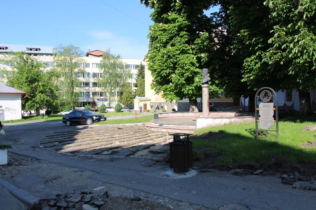 Пішохідну зону перед  Катедральним собором Пресвятої Трійці замощують новою бруківкою, - ФОТО, фото-3