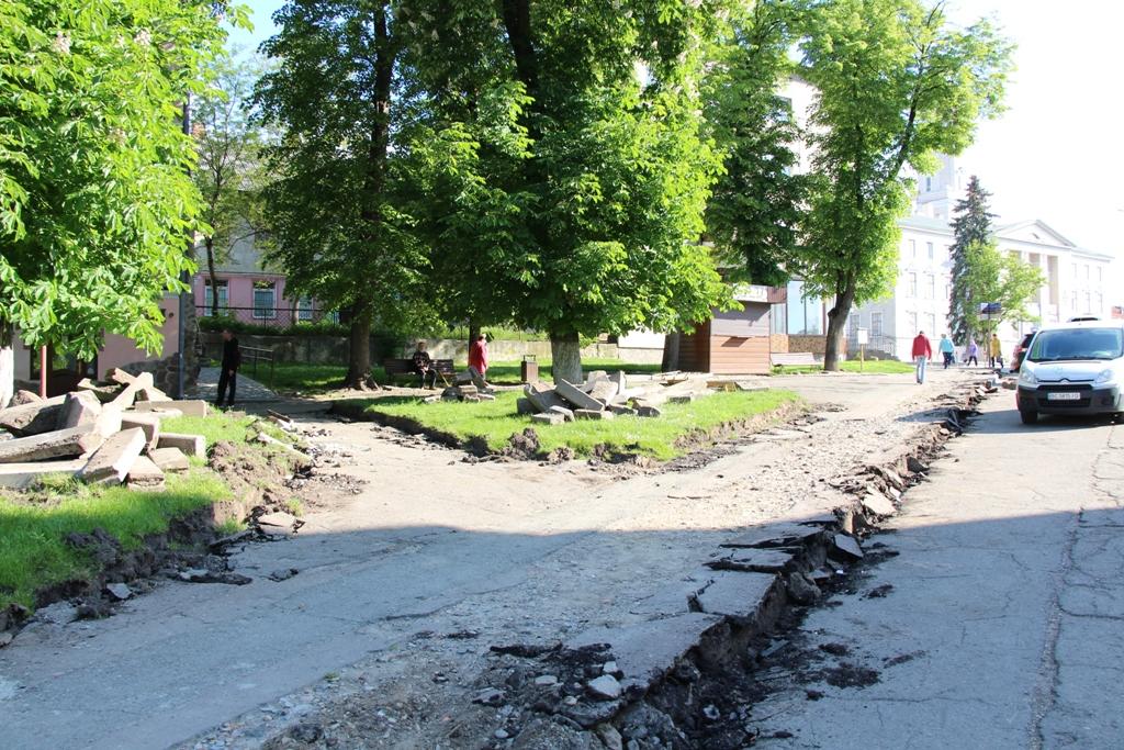 Пішохідну зону перед  Катедральним собором Пресвятої Трійці замощують новою бруківкою, - ФОТО, фото-4