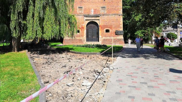 У сквері біля костелу Святого Варфоломія пішохідні доріжки замостять бруківкою, фото-3