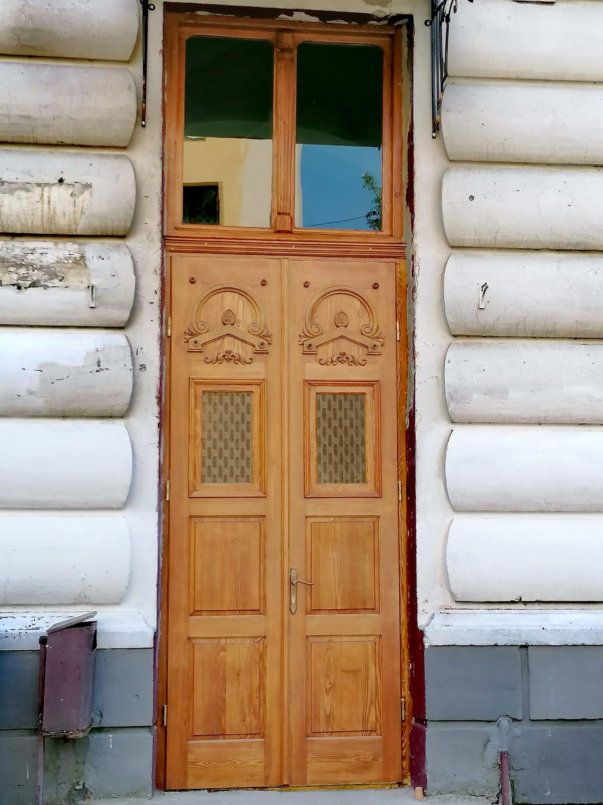 У Дрогобицькому ліцеї №3 відреставрували автентичні дерев`яні двері