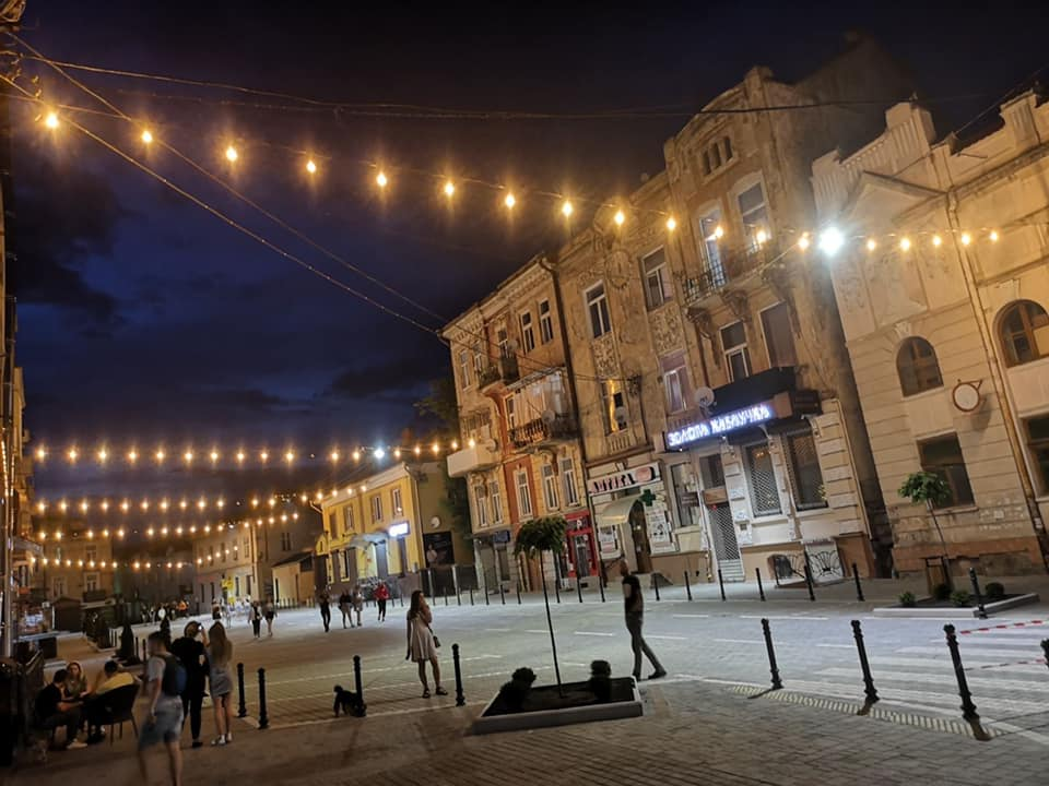 Нова локація для селфі: Фото ілюмінації на вулиці Шолом-Алейхема заполонило соціальні мережі