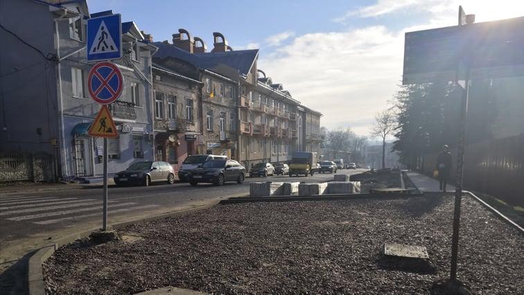 Чому парковку на вулиці Данила Галицького облаштовують довше, аніж планували?