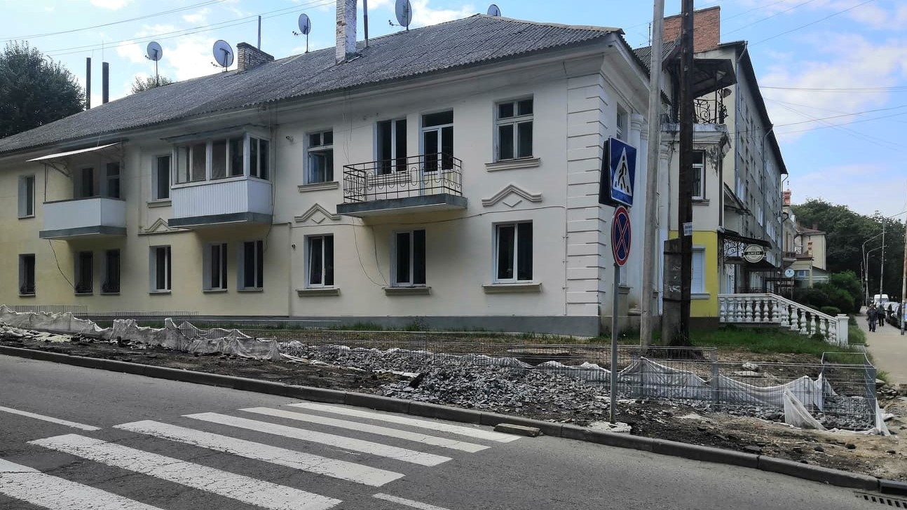 На вулиці Нижанківського споруджують підпірну стіну з габіонів